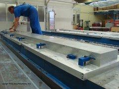Yakovlev Yak-3 Flügelhauptholm - der zu fräsende Aluminiumblock wird ausgerichtet und auf dem Frästisch eingespannt
